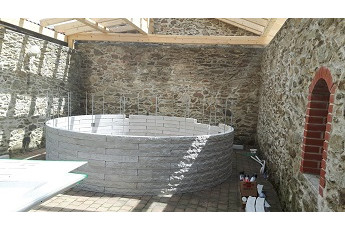 Vizualizace kruhového bazénu StoneSystem vdesignu štípanéhokamene